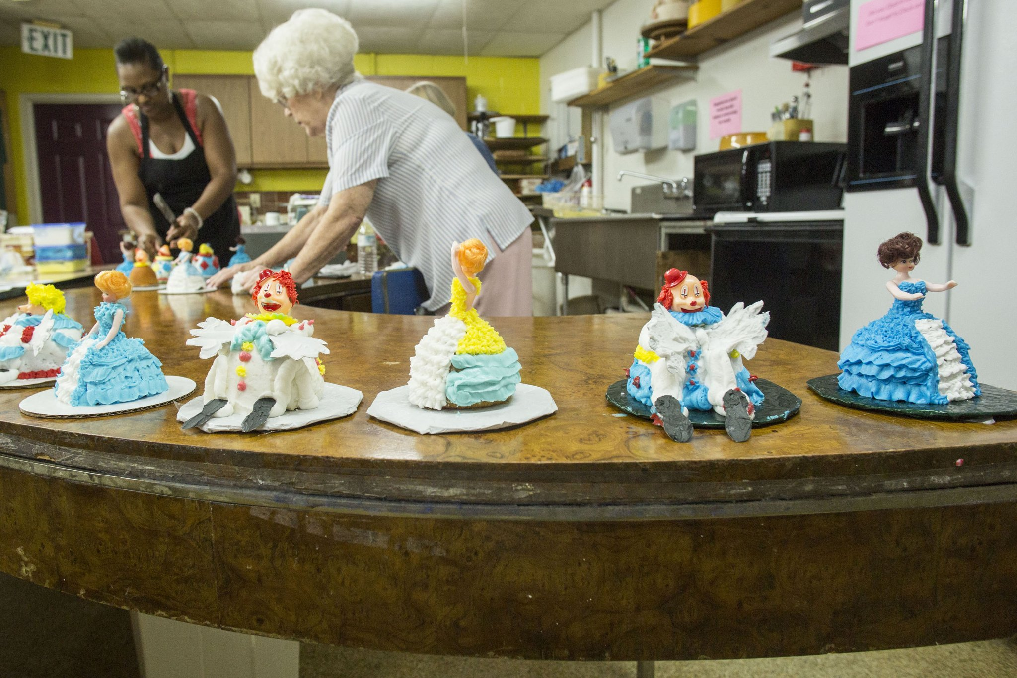 Longtime cake decorator departs with decades of sugary ...